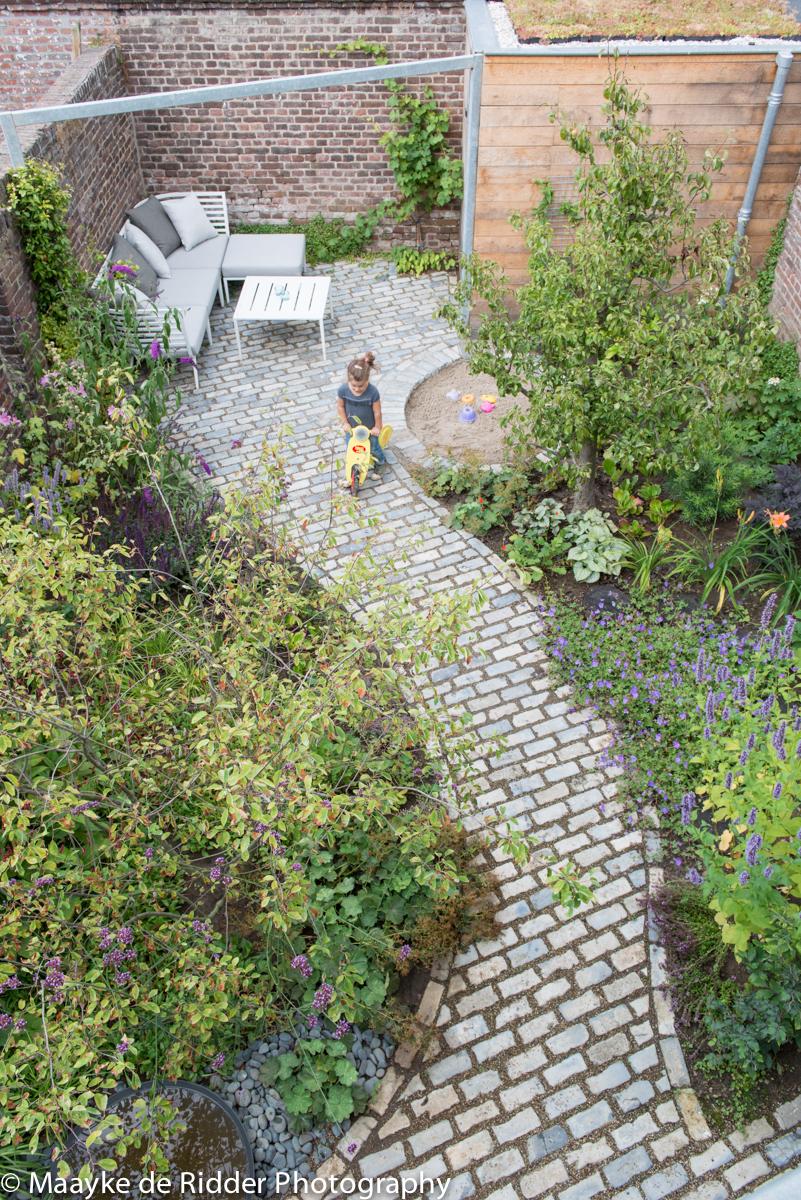 voorbeeld tuinontwerp kindvriendelijke ommuurde stadstuin natuur bij huis