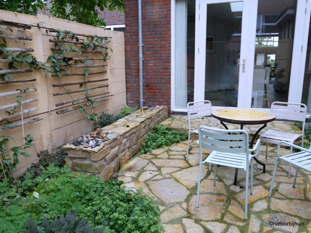 patio kastanjehout flagstones stapelmuur